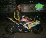 Modifikasi Tampilan Yamaha R25 Dengan Motif Helm Rossi Misano2014