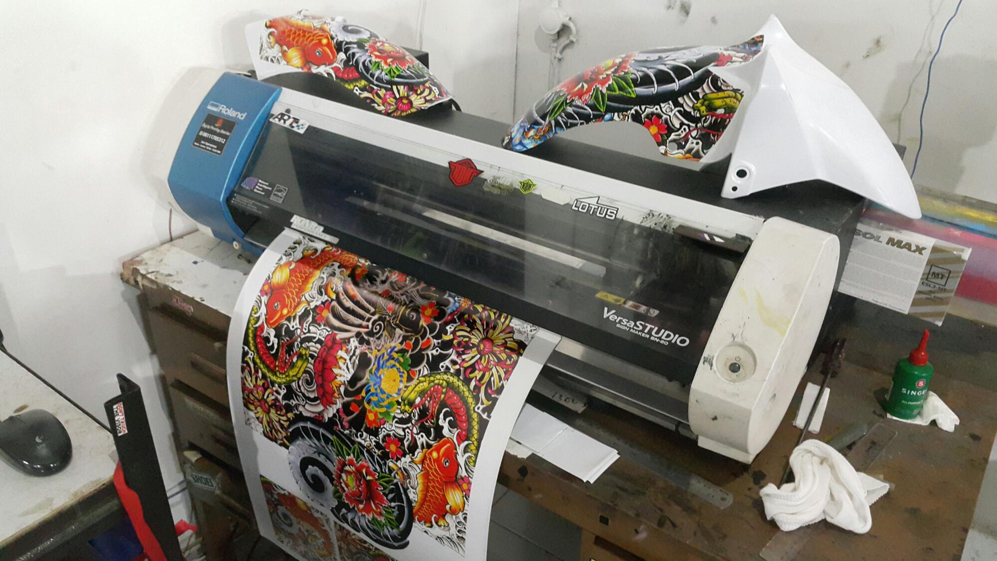 Arti print cut maksudnya mampu mencetak dan memotong sticker sesuai pola selain fungsi print cut roland bn20 juga dilengkapi tinta metallic atau tinta