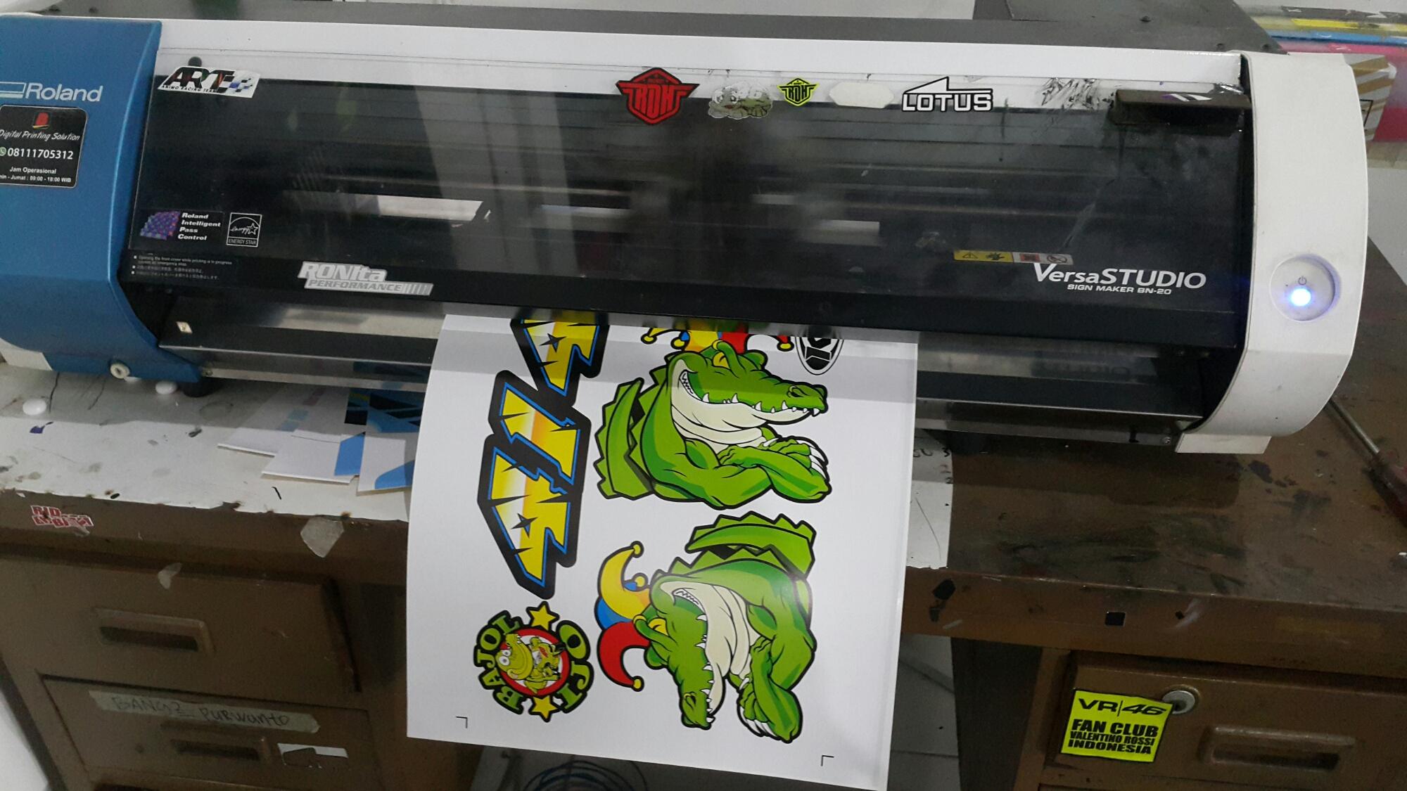 Printer bn20 ini mampu memotong sticker mencetak sticker mencetak water decal dan bisa mencetak water film sehingga kita bisa menggunakan hasil print di